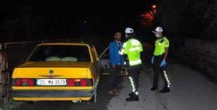 Polisin kaza yapan alkollü sürücü ile imtihanı