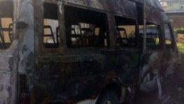 Mahalle muhtarına ait minibüs gece yarısı yandı