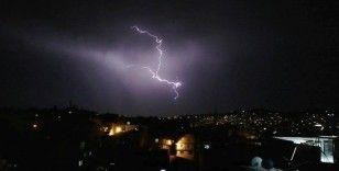 Şanlıurfa'da şimşekler gökyüzünü aydınlattı