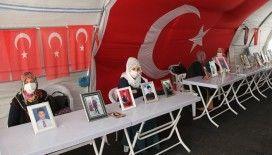 Evlat nöbetindeki ailelerden vekillikleri düşürülen HDP'lilerin tutuklanmasına destek