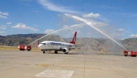 Salgın sonrası Şırnak'a inen ilk uçak su takıyla karşılandı