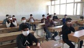 Suriyeli Gençler terörden uzak şekilde sınıf bitirme sınavlarına başladı