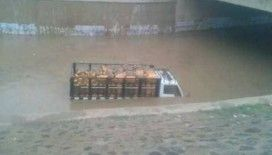 Sudan'da bir araç sel sularına kapıldı: 3 ölü, 1 kayıp