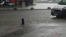 Arnavutköy'de kısa süren yağmur, yolları göle çevirdi