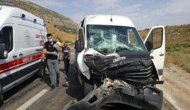 Siirt'te minibüs kamyonla çarpıştı