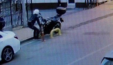 Saniyeler içerisinde gerçekleşen motosiklet hırsızlığı güvenlik kamerasında