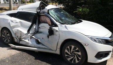 Yola çıkan otomobile kamyon çarptı