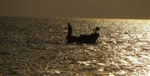 Gün batımında balıkçıların görüntüsü objektiflere yansıdı