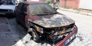 Park halinde alev alan otomobil zarar gördü