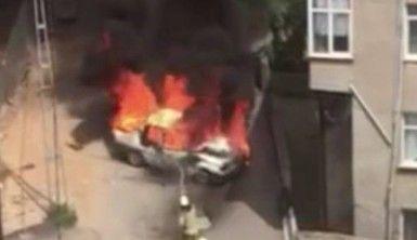 Pendik'te seyir halindeki araç alev alev yandı