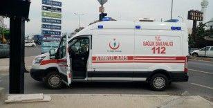 Duramayınca ambulansa çarptı