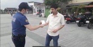 Kağıthane polisi vatandaşa maske dağıttı