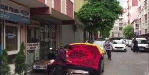 Vatandaşlar dolu yağışına karşı arabalarını halıyla örttü