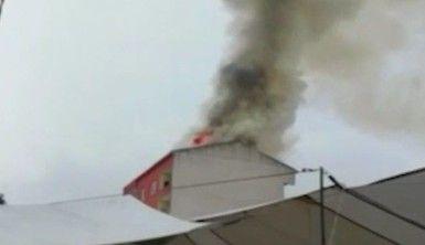 'Yıldırım düşen' binanın çatı katı alevlere teslim oldu