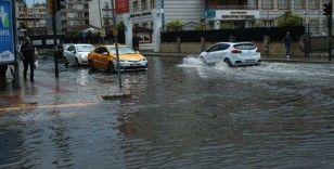 İskenderun'da kuvvetli yağış hayatı olumsuz etkiledi
