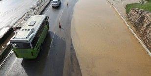 Sel sularının kapattığı D-100 karayolu 5 saatte trafiğe açılabildi