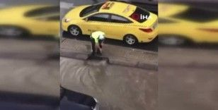 Trafik polisi caddeyi basan suyun tahliyesi için seferber oldu