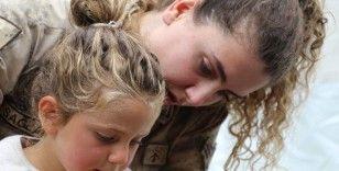 Kadın Mehmetçik, depremzede çocuklara abla oldu