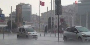 Taksim'de etkili olan yağmur vatandaşlara zor anlar yaşattı
