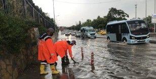 İstanbul'da sağanak yağmur etkili oldu, Harem Sahil yolunu su bastı