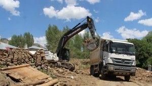 Bingöl'de deprem bölgesinde enkaz kaldırma çalışması sürüyor