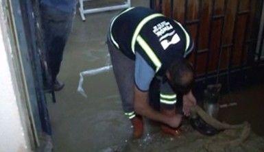 Etkili olan sağanak yağmur sonrası dükkanları su bastı