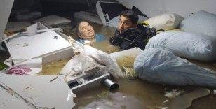 Dalgıcın sel sularında kurtardığı yaşlı kadının korona testi negatif çıktı