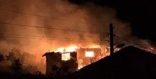Bilecik'te 3 ev kül oldu, 4 kişi de hastanelik