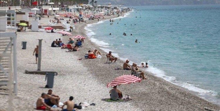 Antalya'da 'sosyal mesafeli' deniz keyfi