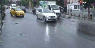 Üsküdar'da yağış etkili oldu, yollar göle döndü