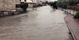 Esenyurt'ta vatandaşlar sel sularına dalarak arama yaptı