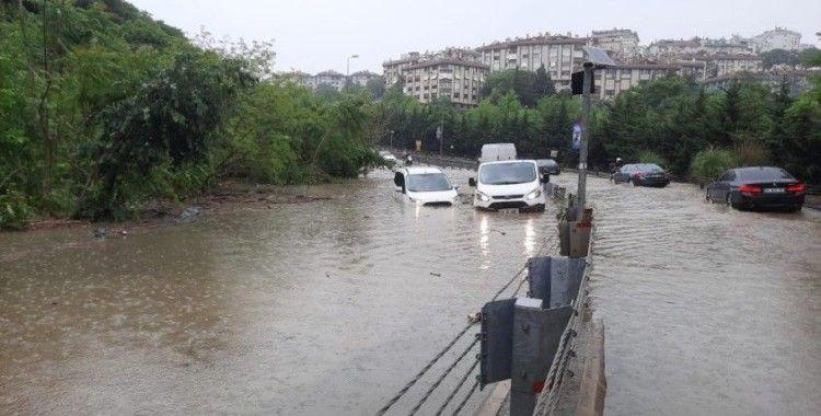 İstanbul'da göle dönen yolda araçlar mahsur kaldı