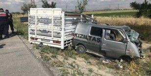 Canlı hayvan yüklü kamyonetle panelvan araç çarpıştı: 2 ölü