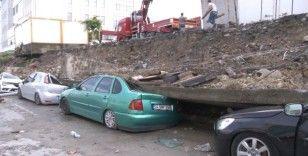 Esenyurt'ta istinat duvarı araçların üzerine devrildi
