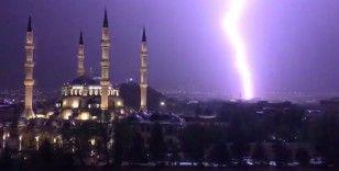 Kırıkkale'de şimşekler geceyi aydınlattı