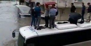 Esenyurt'ta vatandaşlar midibüsün üzerinde mahsur kaldı