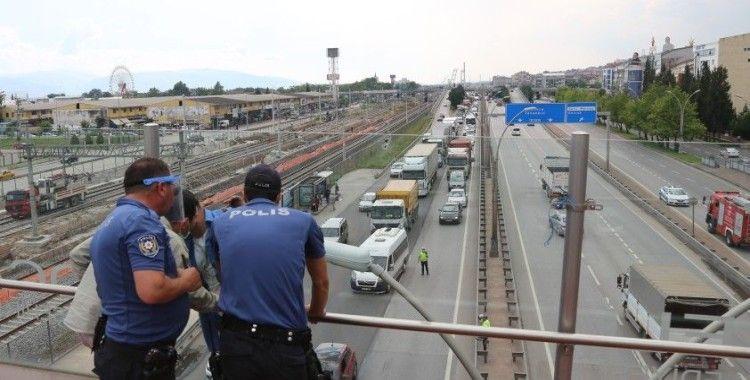 Kocaeli'de üst geçitte intihara kalkışan şahıs D100 Karayolu'nu trafiğe kapattı