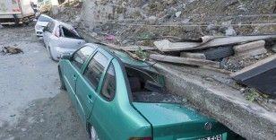 İstanbul'da istinat duvarının altında kalan araçlar kurtarılmayı bekliyor