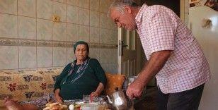 'Hurdacı Osman' kanser hastası yatalak eşine sevgiyle bakıyor