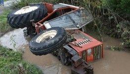 Selde devrilen traktördeki 2 kişi kurtarıldı