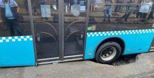 Bağcılar'da yol çöktü içinde yolcu bulunan otobüs çukura saplandı