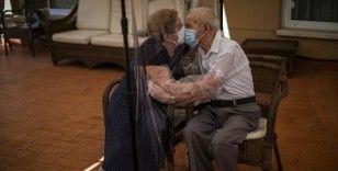 Kovid-19'un ayırdığı yaşlı çift 102 gün sonra kavuştu