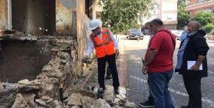Kartal'da madde bağımlılarının mesken tuttuğu metruk bina yıkıldı