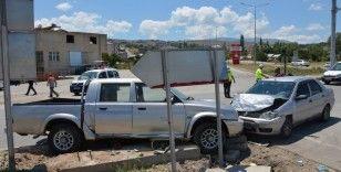 Otomobille, kamyonet çarpıştı: 8 Yaralı