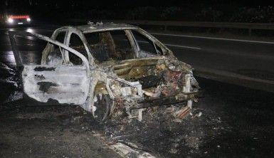 Otoyolda yanan araç kül oldu