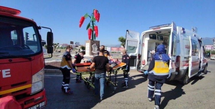 Çeyiz taşıyan araç tarım işçilerini taşıyan midibüs ile çarpıştı: 2'si ağır 11 yaralı