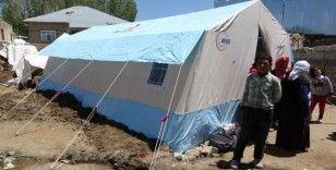 Depremzedeler çadırlara yerleşiyor