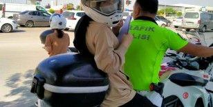 Trafik polisi, öğrenciye kendi kaskını takıp sınava yetiştirdi