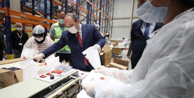 Bakan Varank'tan, hijyen paketi hazırlayan işçilere moral ziyareti