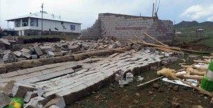 Hakkari'de fırtına nedeniyle evleri zarar görenlere 1 milyon lira destek